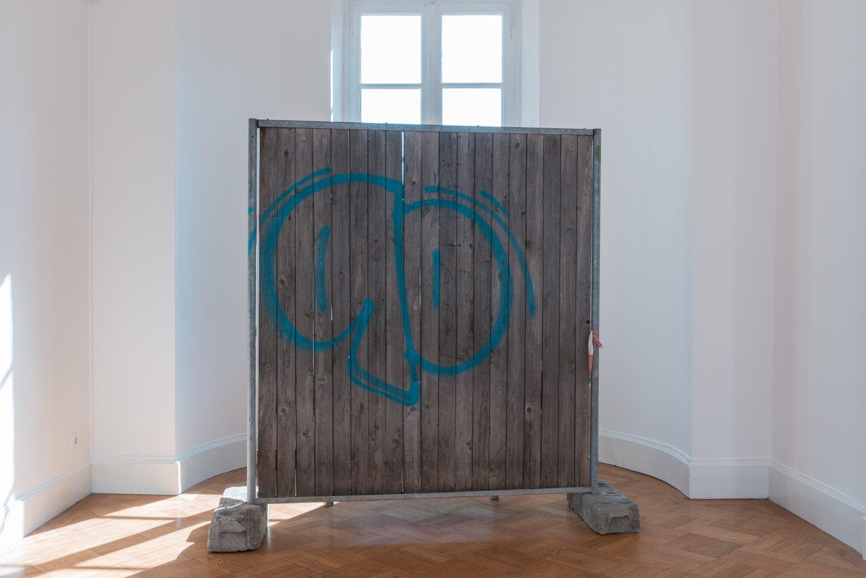 Klara Lidén Zaun mit Vista, 2016 Hoarding, concrete, wood, steel, 200 x 203 x 86 cm